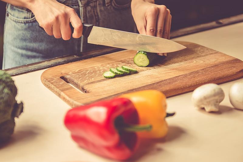 Cutting up vegitibles.